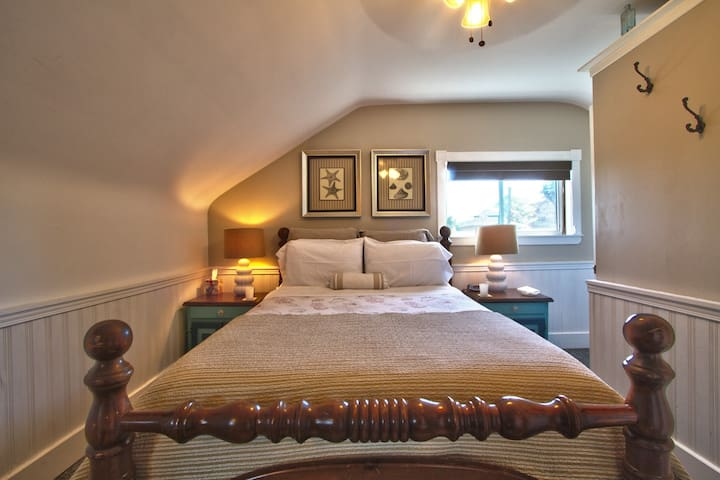 Queen bed, private bath, gourmet breakfast