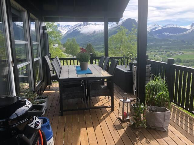 Hus med vakker naturview og «fjell In/out»l