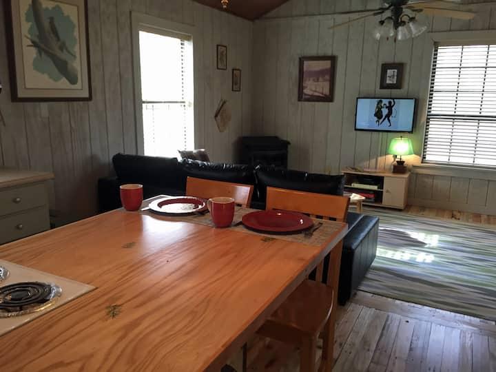 Woodland Getaway Cabin, 5 min to FCF Park