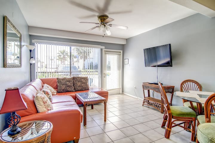 Gulf Coast condo w/ a shared pool & furnished patio - short walk to the beach!