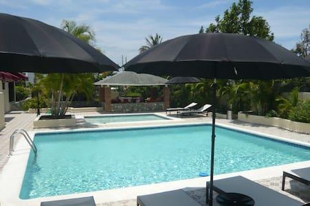 Villa de lujo con 2 piscinas y cancha de tenis