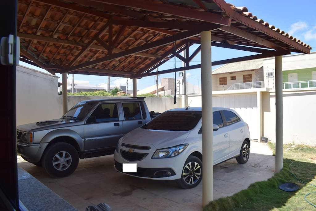 Garagem com espaço para até 3 veículos.