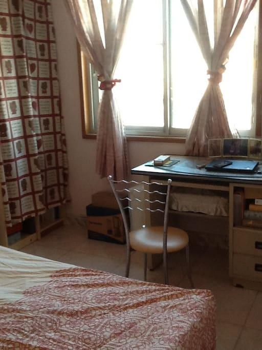 1.2*1.8单人床房,有大窗户,有冷气/暖气空调。房间面积约13平方米。