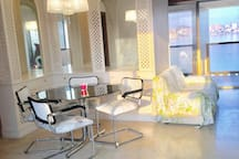 Salle à manger en marbre d'Espagne avec rangements (6 placards et tiroirs)
