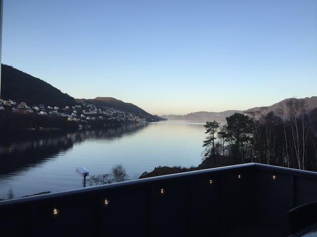 Familiebolig med masse sol,nær sjø. - Bergen - Dům