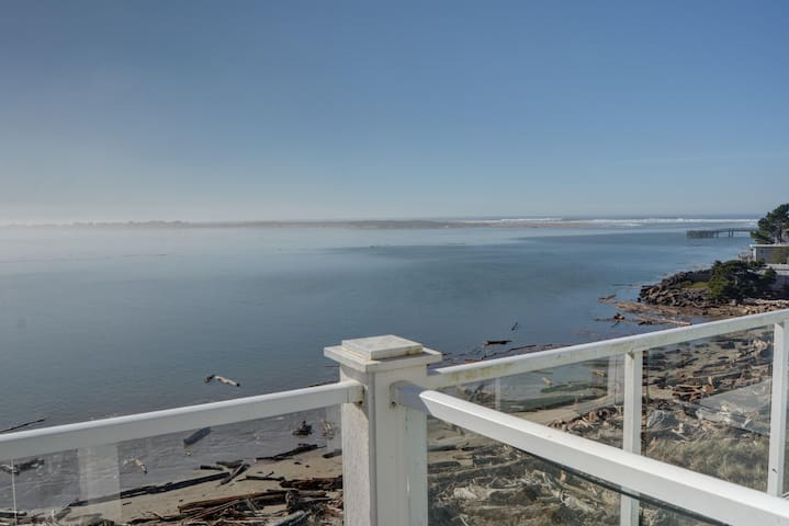 Experience amazing views from this bay front condo in Lincoln City's Taft!