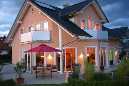 Zimmer mit Bad -ruhig im neuen Haus - Pfaffenhofen - Σπίτι