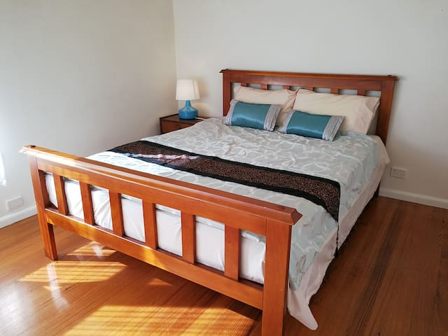 Warm 3 bedrooms house next to lake and station - Ringwood East - House