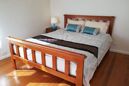 Warm 3 bedrooms house next to lake and station - Ringwood East - 独立屋