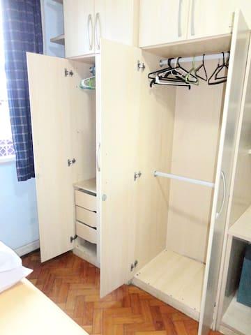 Armário com gavetas e cabides