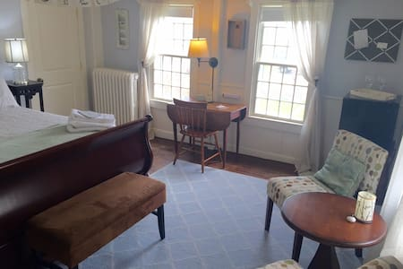 Bed & Bath w/Harbor View- Downtown! - Tisbury - Talo