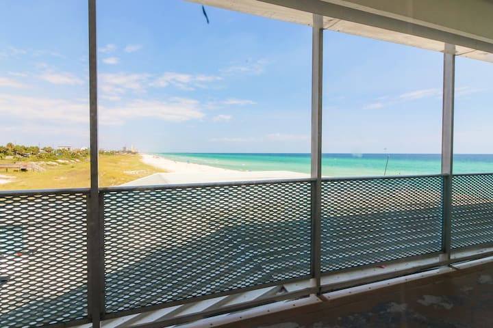 Beachfront condo w/ a shared pool, Gulf views, & easy access! Snowbird rates!