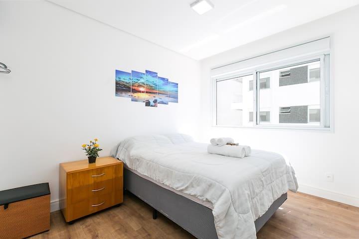 Suíte ampla com cama de casal e ar-condicionado quente/frio de 12 mil BTUs em TODOS os quartos