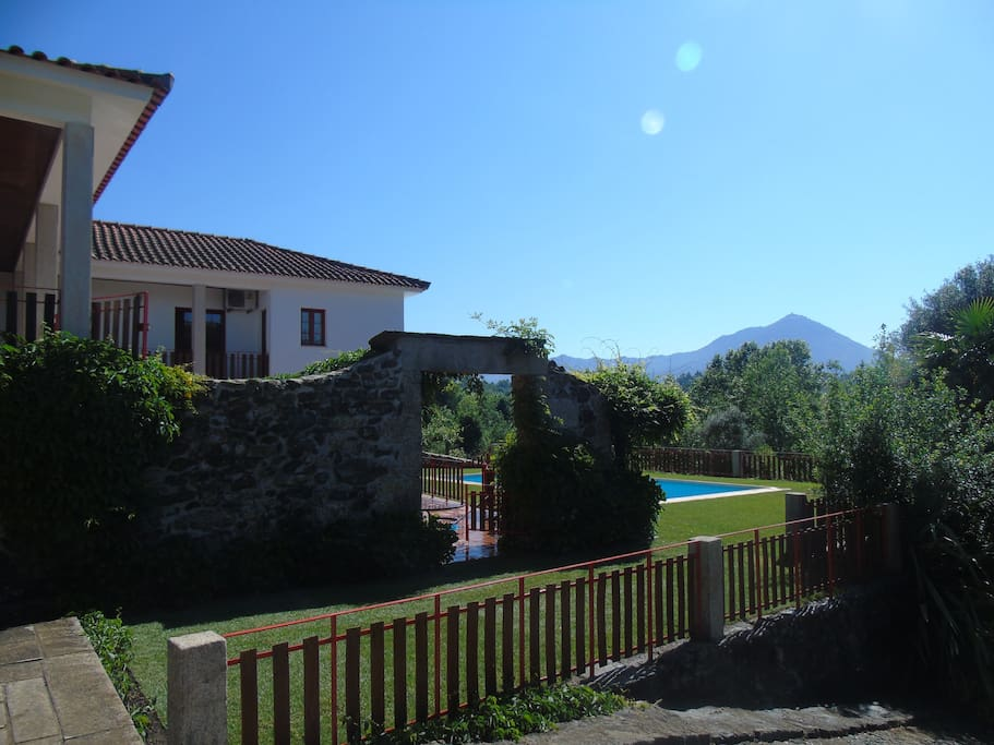 Habitação principal e piscina.