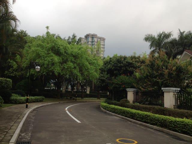 绿树掩映下具有天然氧吧之称的住宅楼房 - Zhongshan