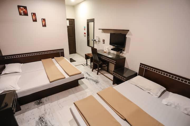 4 Bed AC Room Aircon nr New Delhi stn, CP & VFS
