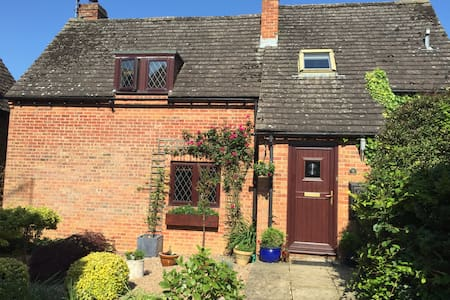 Modern Country Family Home - Mollington - Hus