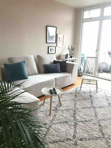Cosy flat, 20 mins to city, train stop opposite