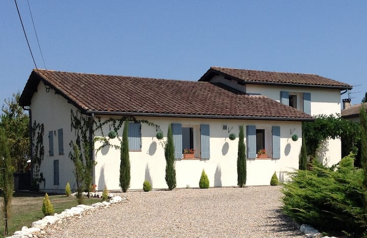 Aux Jumeleaux: family holiday home with pool
