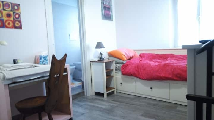 Comfortable single/double room w/private bathroom