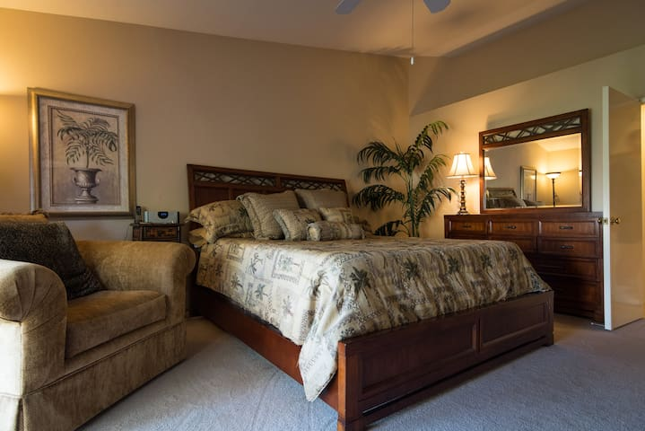 Large Master suite with King size tempurpedic style mattress- very comfortable!