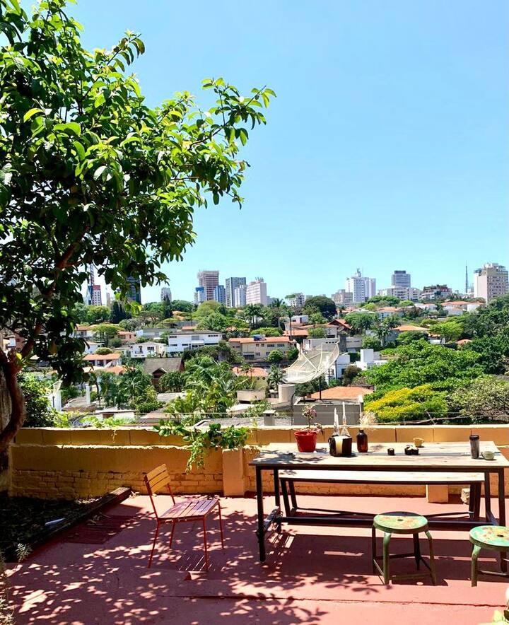 Quarto privativo com vista na Vila Madalena, SP.