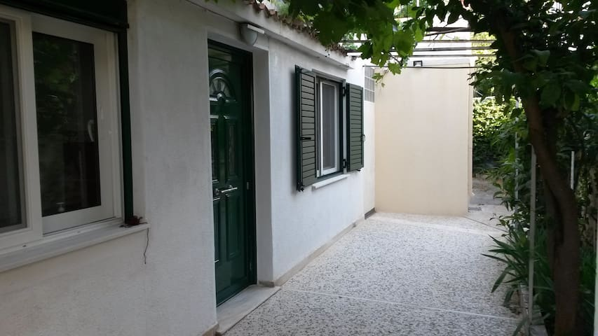 Petite maison avec véranda à Néa Ionia.
