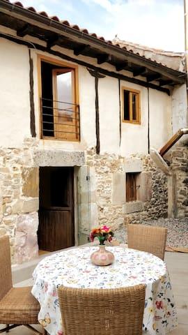 Fachada de la casa y patio
