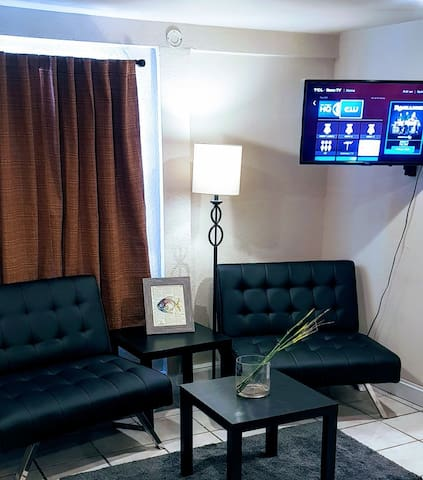 Studio apt. right by bars, shops & restaurants!