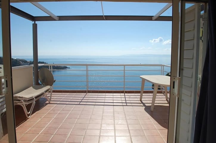"""Magnificent duplex apartment with a large terrace with a view of the fantastic beach of """"TRAP"""". Very good situation, with pool and private parking."""