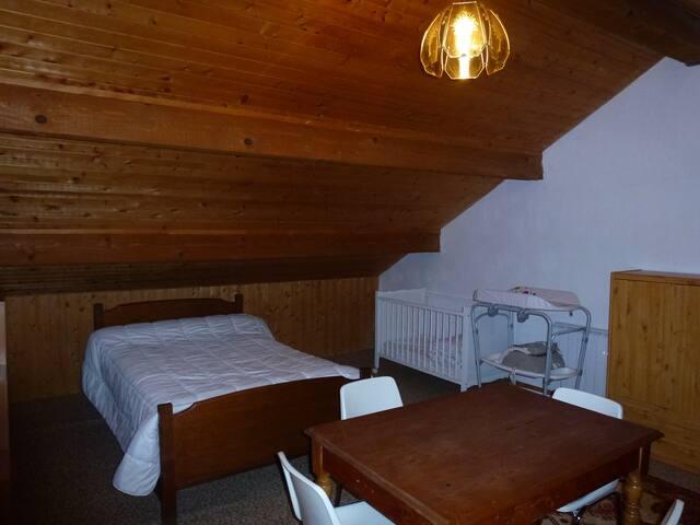 chambre du haut avec lit bébé et table à langer