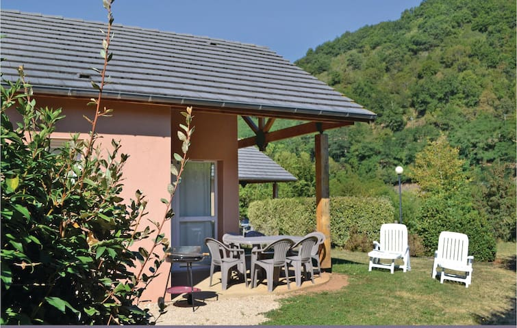Holiday cottage with 2 bedrooms on 37 m² in Saint Geniez d´Olt
