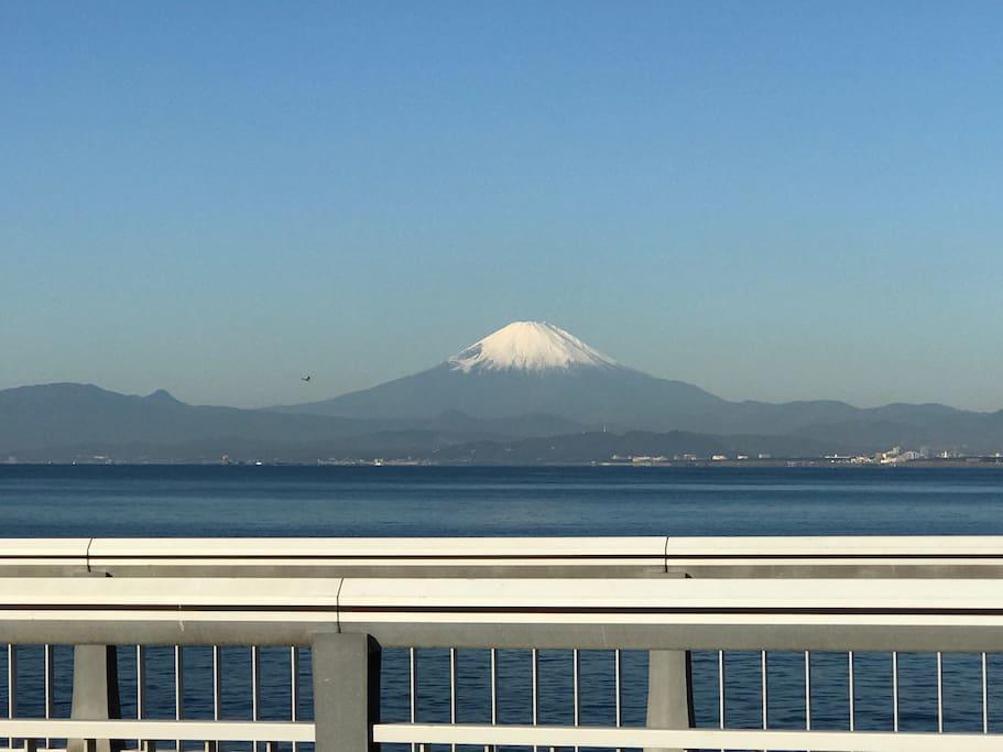 天気のいい日は江の島に渡る弁天橋から富士山が見えます。