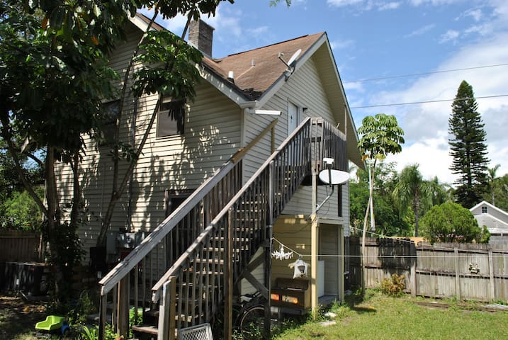 Close to downtown Bradenton - 2 BR/1 BA - Upstairs