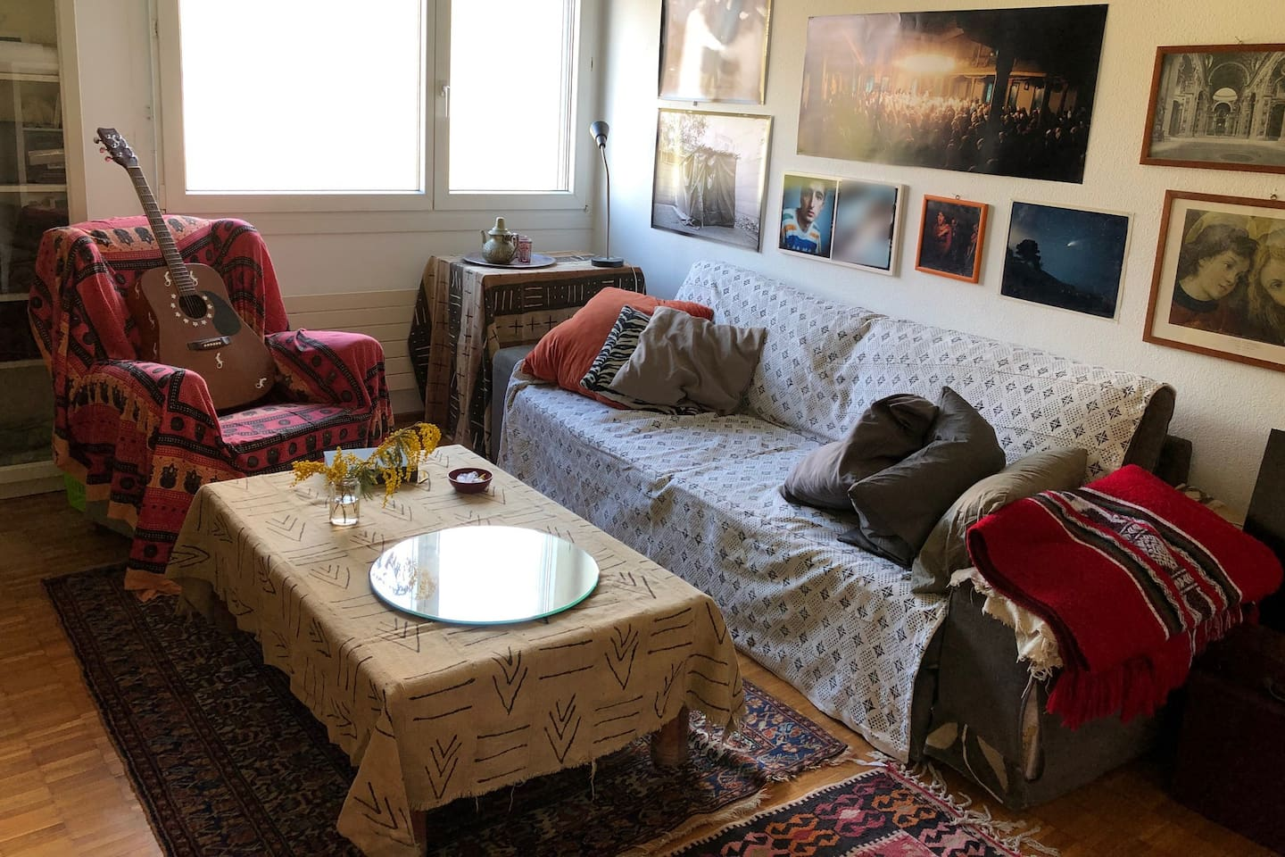 The cozy living-room is in fact a proper room with a lockable door, with plenty of art hanging on the walls. If you play guitar, you don't have to bring yours ;-) This big sofa opens into a comfy queen size bed or a comfy single bed.