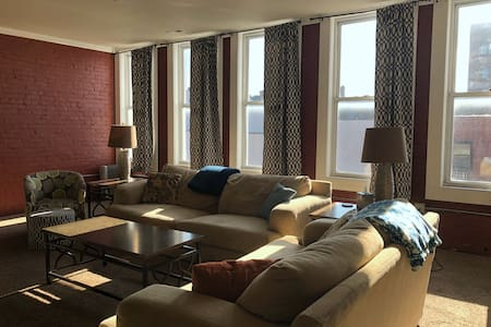 Siren's Song | Bright, Spacious Downtown Apt (4BR)