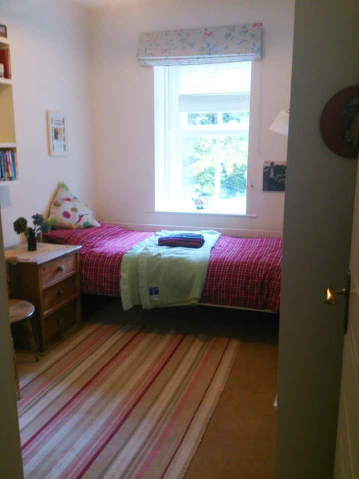 Single bed, desk & wifi overlooking wooded garden