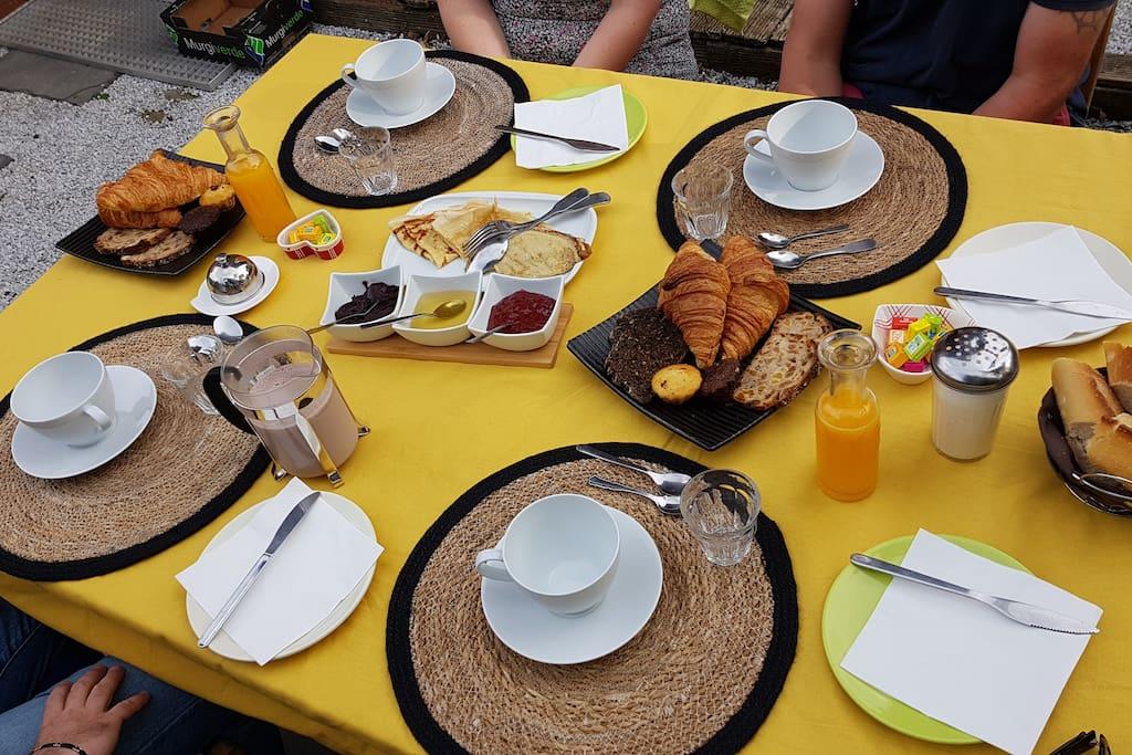 Un petit déjeunerconviviable et très complet selon votre choix