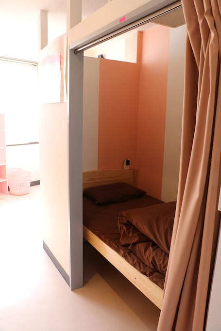 セミプライベートシングルのベッドです。カーテンと壁で仕切られており、半個室となっています。