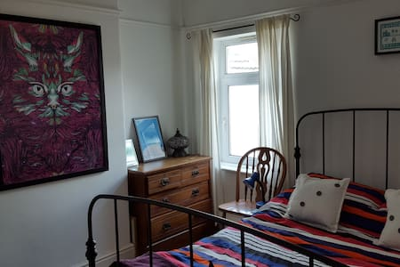 Gorgeous room in the heart of happening Canton - House