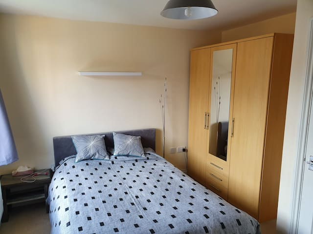 Spacious double rm nr beach, parking&wifi sleeps 2