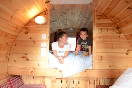 Sleep barrels for 2-4 persons close to the lake!
