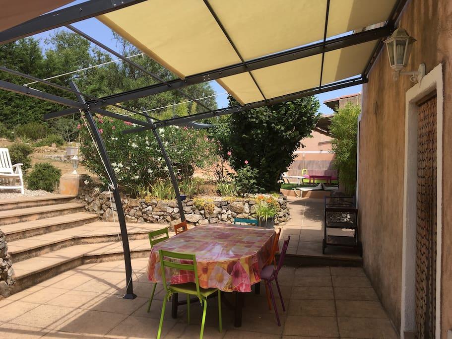 Terrasse ombragée et meublée ( pergola avec toile rétractable / table et chaises / barbecue)