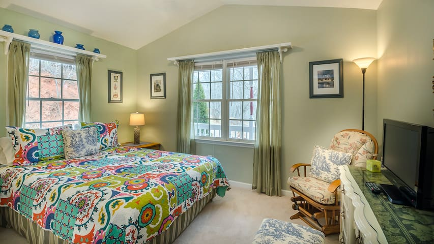 Second bedroom on main level with queen bed and hall bath