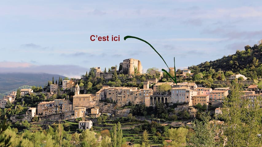 Petite maison dans village provençal et thermal