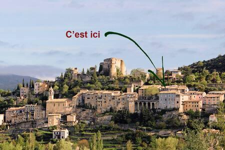 Petite maison dans village provençal & thermal