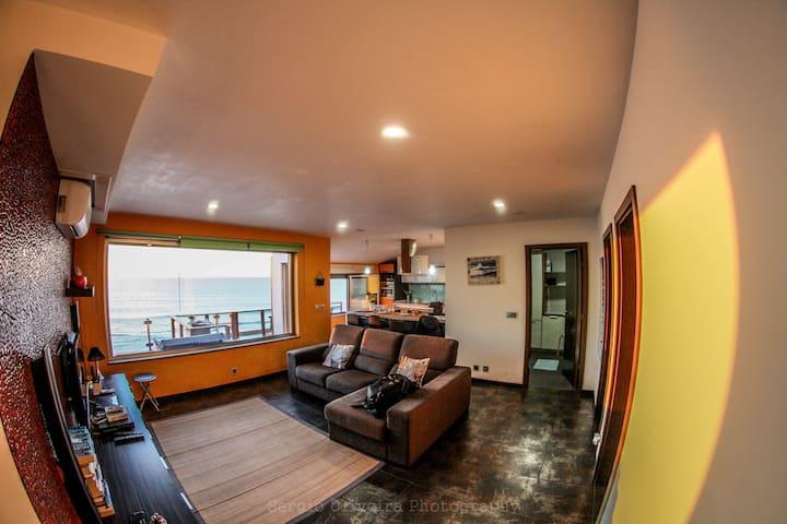 LIVING ROOM WITH GLASS ROOF FOR THE OCEAN SALA DE ESTAR