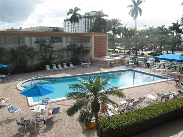 Beautiful Hallandale Beach Condo - FREE Parking