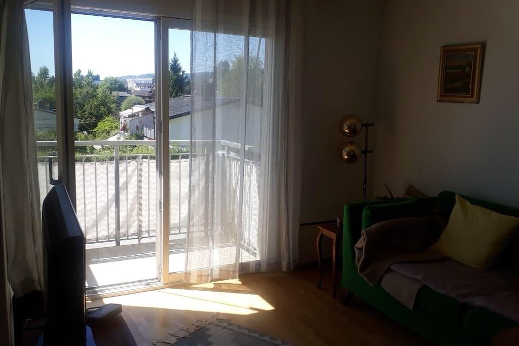 Stua med utgang til balkong og utsikt. Du kan se Holmenkollen herfra:)