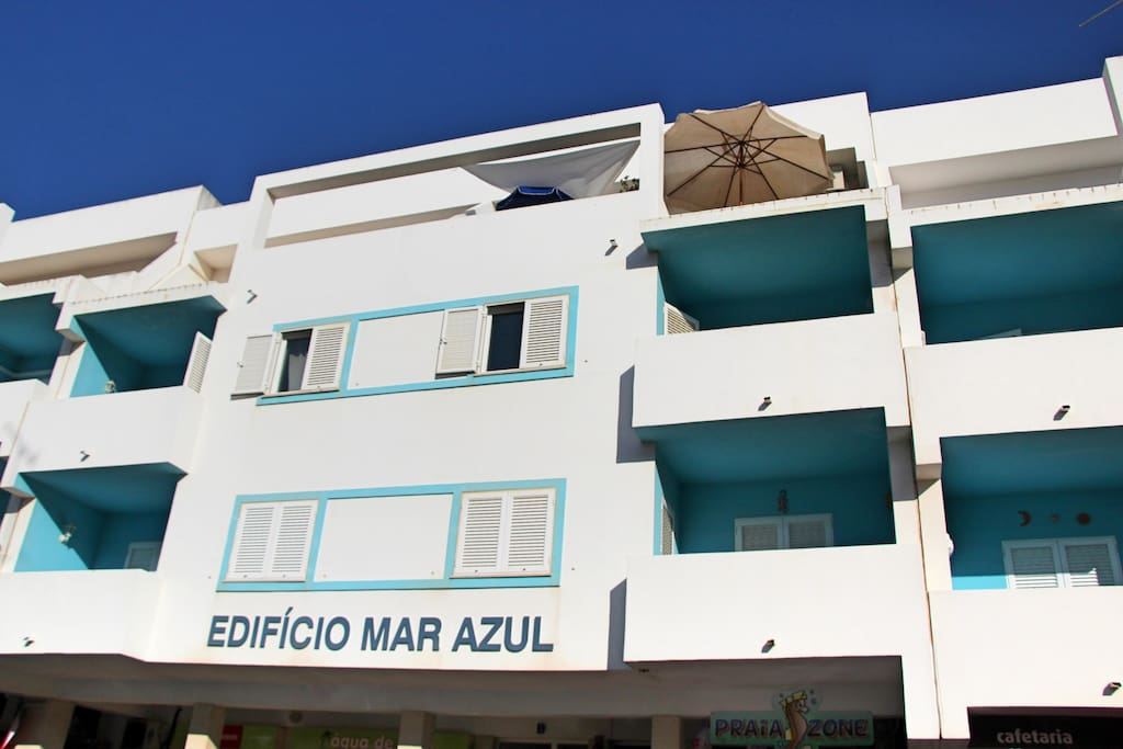 L'appartement est au troisième et dernier étage (parasols)